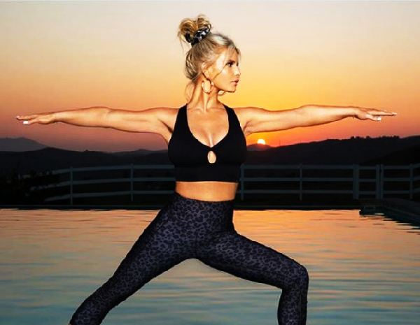 Jessica Simpson flaunts 100-pound weight loss with yoga photo